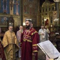 Отец Ангел чете изповедното свидетелство за дякон Иоан