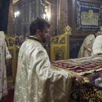 Полагане на плащаницата на св. престол