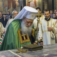 Патриарх Неофит пред светата плащаница