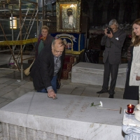Адвокат Моше Алони оставя камъче на гроба на екзарх Стефан