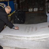 Адвокат Моше Алони оставя камъче на гроба на патриарх Кирил