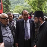 Адвокатите Моше Алони и Давид Софер с архимандрит Симон пред Бачковския манастир