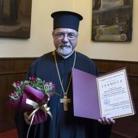 Иконом Кирил Попов - диригент на свещеническия хор, с грамотата си