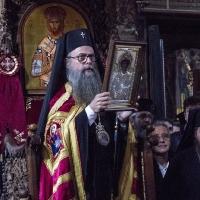 Митрополит Николай с копие на чудотворната икона на св. Георги - подарък от братството на Зограф