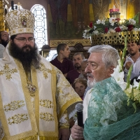 Цветя поднася ставрофорен иконом Николай Коцев, предстоятел на храма-домакин