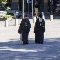 Архимандрит Василий и патриарх Неофит на път към храма