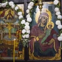 Икони на Пресвета Богородица от царския ред на иконостаса на храма