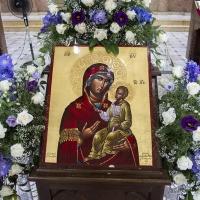 Празнично украсена икона на Пресвета Богородица