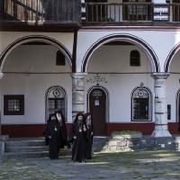 Владиците на път за храма за св. Литургия