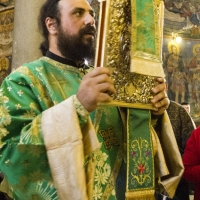 Иеродякон Нектарий със св. Евангелие