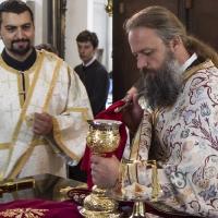 Дякон Петко и отец Иван със св. причастие