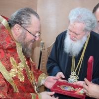 Негово Светейшество патриарх Неофит дарява енголпие на Русенския митрополит Наум