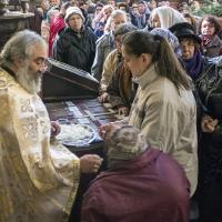 Раздаване на парченца от одеждите на св. Стефан Милутин