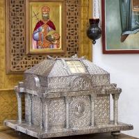 Мощеханителница с мощи на св. княз Лазар в неговия храм в Крушевац