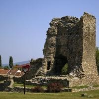 Останки от крепостна кула от някогашната крепост на св. княз Лазар (14. век), в тогавашната негова столица Крушевац