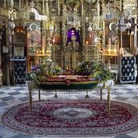 Наосът на католикона на Зограф - виждат се в двата края Фануилската и Аравийската (вляво) чудотворни икони на св. Георги. Снимка © Мартин Митов
