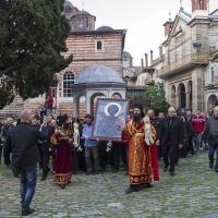 Литийно шествие за празника на Зографския манастир през 2016 г., с Аравийската чудотворна икона на св. Георги - на заден план се вижда католиконът, в който се съхраняват иконите. Снимка © Мартин Митов