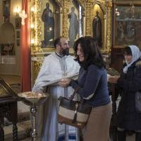 Новият свещеник раздава анафора